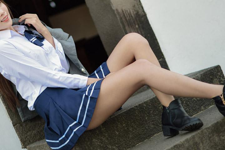 学生服のコスプレをする女性