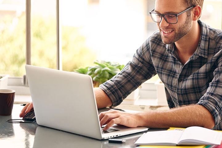 パソコンでネットをする男性