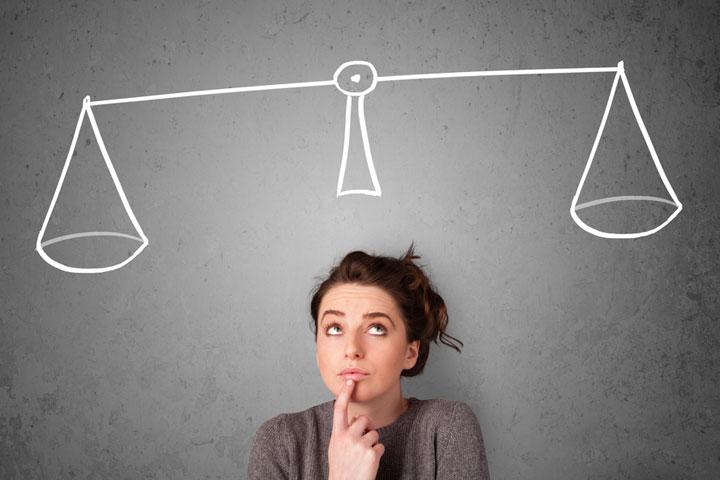 選択を天秤にかける女性