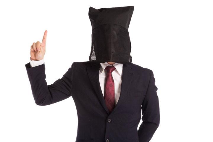 指差しをする覆面の男性